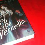Resenha: Sob a Capa Vermelha – Mariana Vitória